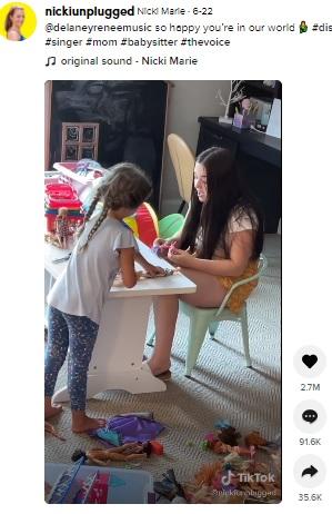 ベビーシッターをしながら歌を歌う18歳女性(画像は『Nicki Marie 2021年6月22日付TikTok「@delaneyreneemusic so happy you're in our world」』のスクリーンショット)