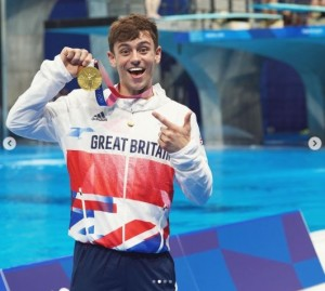 """【イタすぎるセレブ達】金メダル獲得したイギリスの""""飛び込み王子"""" LGBTQ+の若者達へ励ましのメッセージ"""