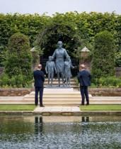 【イタすぎるセレブ達】ウィリアム王子とヘンリー王子、ダイアナ妃像の除幕式に揃って出席 共同声明で亡き母を偲ぶ