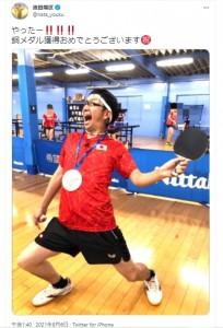 卓球男子団体銅メダルを祝福する波田陽区(画像は『波田陽区 2021年8月6日付Twitter「やったー!!!!!!」』のスクリーンショット)