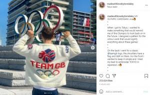 手編みのカーディガンを着るトム(画像は『Tom Daley 2021年8月5日付Instagram「MY OLYMPIC CARDIGAN!」』のスクリーンショット)
