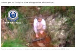 発見時に小川の水を飲んでいたエージェー君(画像は『9News 2021年9月6日付「Missing toddler AJ found alive on day four of search in Hunter」(NSW Police)』のスクリーンショット)
