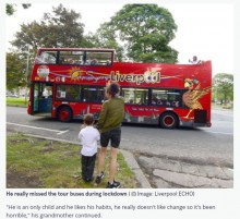 観光バスに手を振り続けた4歳男児、運転手らの人気者に「君がいないとさみしいよ」(英)
