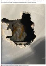 新居の壁の中から古びた人形と不吉なメモを発見「背筋が凍るようなメッセージ」(英)