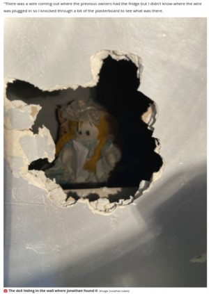 【海外発!Breaking News】新居の壁の中から古びた人形と不吉なメモを発見「背筋が凍るようなメッセージ」(英)
