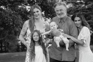 【イタすぎるセレブ達】アレック・ボールドウィン、娘達との素敵な写真を公開 横にいる26歳年下妻は「娘じゃない」とジョークも