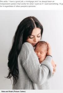 ノア君を抱きしめるキーラさん(画像は『Metro 2021年9月20日付「Woman has baby through IVF so dad with terminal cancer can meet his grandchild」(Picture: Caters)』のスクリーンショット)