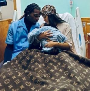病院のベッドで赤ちゃんを抱くカーディとオフセット(画像は『Cardi B 2021年9月6日付Instagram「9/4/21」』のスクリーンショット)