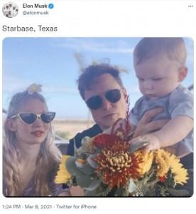 息子エックス君と親子3人で(画像は『Elon Musk 2021年3月8日付Twitter「Starbase, Texas」』のスクリーンショット)