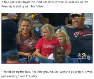 ボールが取れなくて泣いてしまったエマちゃん(画像は『WBFF 2021年9月18日付「10-year-old Phillies fan gives foul ball to crying girl, video goes viral」』のスクリーンショット)