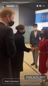 ホークル知事と握手をするメーガン妃(画像は『Mayor Bill de Blasio 2021年9月23日付Instagram』のスクリーンショット)