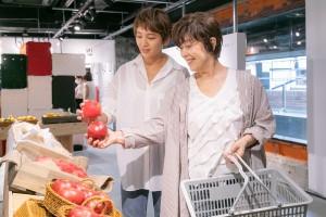 赤いリンゴと白い部分があるリンゴ、どちらにするか迷う和田明日香と平野レミ