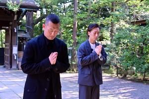氷川神社で参拝する中村勘九郎と中村七之助