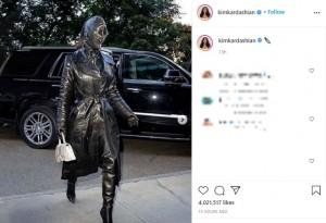 「バレンシアガ」による全身黒のレザーで決めたキム(画像は『Kim Kardashian West 2021年9月11日付Instagram』のスクリーンショット)