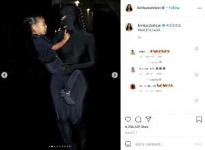 カニエのイベントで同様の衣装を着ていたキム(画像は『Kim Kardashian West 2021年8月7日付Instagram「#DONDA #BALENCIAGA」』のスクリーンショット)