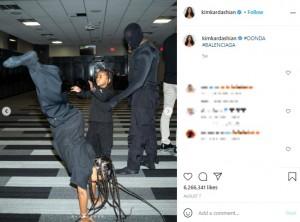 自身のイベントではカニエもマスクで顔全体を覆っていた(画像は『Kim Kardashian West 2021年8月7日付Instagram「#DONDA #BALENCIAGA」』のスクリーンショット)