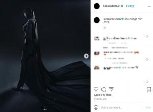 「バレンシアガ」による全身黒の衣装に身を包んだキム(画像は『Kim Kardashian West 2021年9月13日付Instagram「Balenciaga Met 2021」』のスクリーンショット)