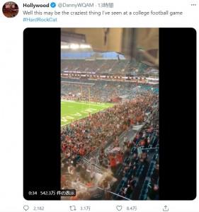 真下では国旗を広げて人々が待機(画像は『Hollywood 2021年9月12日付Twitter「Well this may be the craziest thing I've seen at a college football game」』のスクリーンショット)