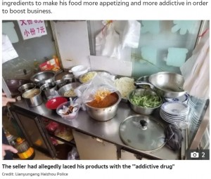 店では中毒性のある物質をあえて混入(画像は『The Sun 2021年9月11日付「FOOD ADDICTS Street food seller arrested for 'adding OPIUM to his dishes' to get 'addicted' customers coming back for more」(Credit: Lianyungang Haizhou Police)』のスクリーンショット)