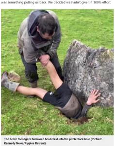 深さ2メートルもある穴の中に入り込むコールバンさん(画像は『Metro 2021年9月7日付「'Hero' teen burrows head-first into 7ft hole to rescue trapped lamb」(Picture: Kennedy News/Ripples Retreat)』のスクリーンショット)