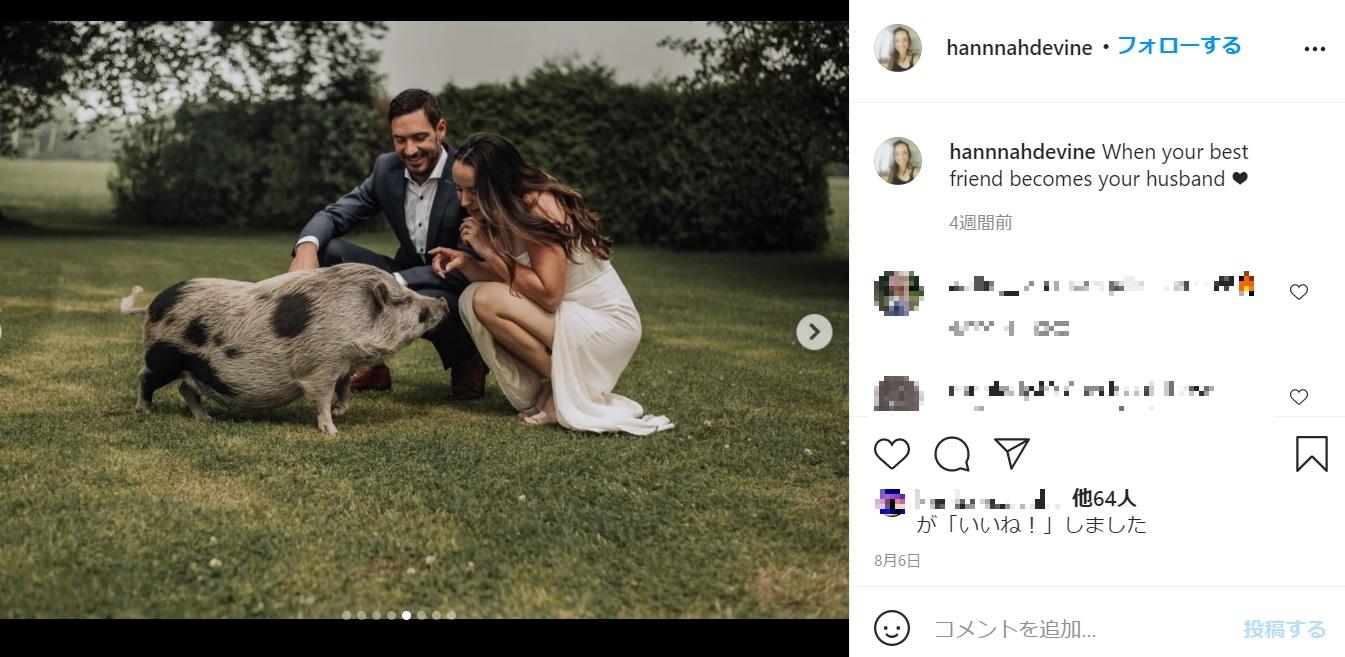 ゲストがベイブだけでも、ポジティブに結婚式を楽しんだ2人(画像は『Hannah Devine 2021年8月6日付Instagram「When your best friend becomes your husband」』のスクリーンショット)