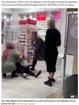 「ママ離して!」泣き叫ぶ女児を大人数人が押さえつけてピアスを開ける動画に非難の声(英)<動画あり>