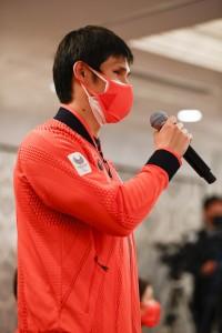 伊藤美誠選手に質問する木村敬一選手(C)日本オリンピック委員会
