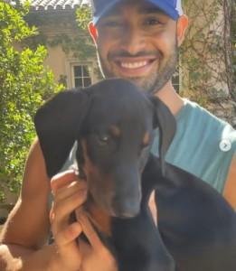 ブリトニーへ贈る子犬を紹介するサムさん(画像は『Sam Asghari 2021年10月8日付Instagram「Surprised my fiancé with our newest member to the Family」』のスクリーンショット)