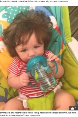 生後4か月ですでに髪を切ったというチャーリー君(画像は『The Sun 2021年10月12日付「'LITTLE CELEBRITY' Nine-month-old boy has mop of hair so thick his mum gets stopped 11 times a day by strangers」(Credit: Kennedy News)』のスクリーンショット)