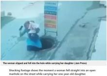 【海外発!Breaking News】赤ちゃんを抱いてスマホ通話の女性、蓋のないマンホールに転落(印)<動画あり>