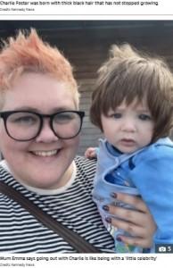小さなセレブのチャーリー君と一緒のエマさん(画像は『The Sun 2021年10月12日付「'LITTLE CELEBRITY' Nine-month-old boy has mop of hair so thick his mum gets stopped 11 times a day by strangers」(Credit: Kennedy News)』のスクリーンショット)