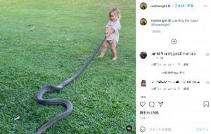 【海外発!Breaking News】野生動物のエキスパート 2歳息子に巨大ヘビの扱い方を教育する姿に物議(豪)<動画あり>