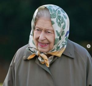 【イタすぎるセレブ達】エリザベス女王、長靴姿で即位70周年記念の植樹 児童達と交流も