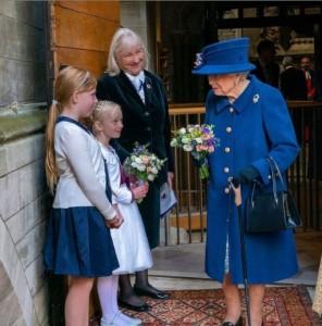 杖をついて礼拝に出席したエリザベス女王(画像は『The Royal Family 2021年10月12日付Instagram「The Queen, accompanied by The Princess Royal, attended a special service at Westminster Abbey this morning to mark the centenary year of @royalbritishlegion.」』のスクリーンショット)