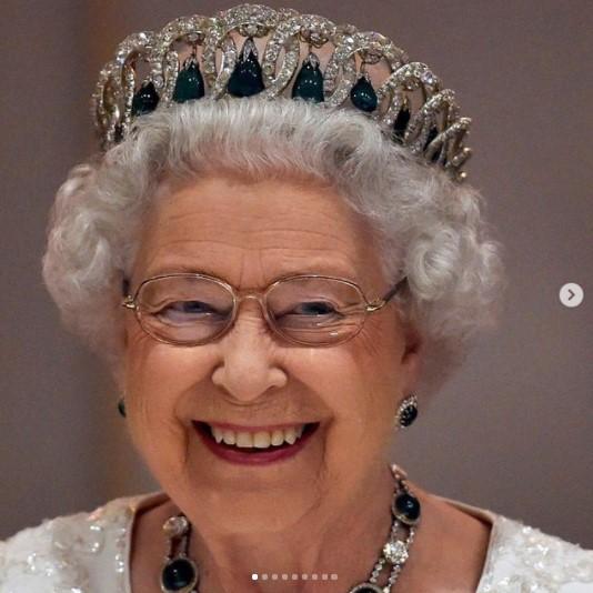 「心地良さのため」に杖を使用したエリザベス女王(画像は『The Royal Family 2021年6月2日付Instagram「Her Majesty The Queen will celebrate her Platinum Jubilee from Thursday 2nd - Sunday 5th June 2022」』のスクリーンショット)