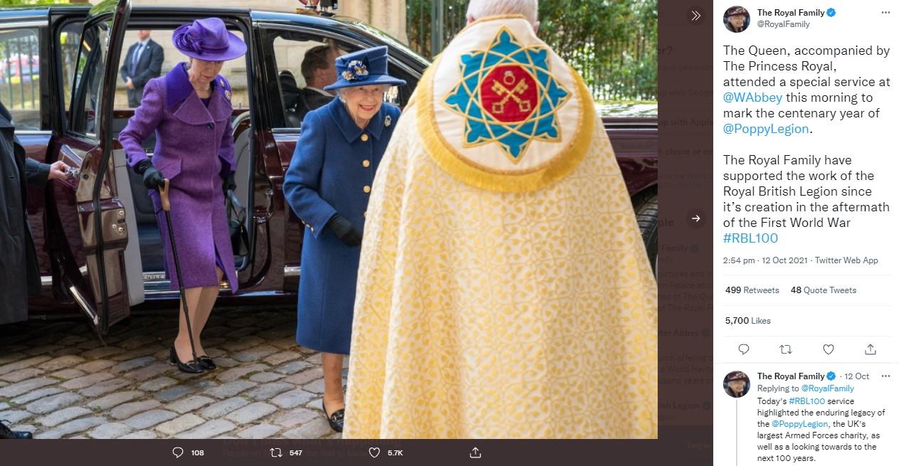 リムジンから降りた女王と母の杖を持つアン王女(画像は『The Royal Family 2021年10月12日付Twitter「The Queen, accompanied by The Princess Royal, attended a special service at @WAbbey this morning to mark the centenary year of @PoppyLegion.」』のスクリーンショット)