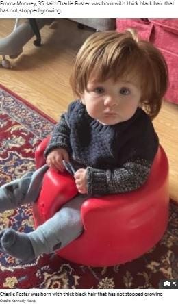 「かつらなの?」と聞かれることもあるチャーリー君(画像は『The Sun 2021年10月12日付「'LITTLE CELEBRITY' Nine-month-old boy has mop of hair so thick his mum gets stopped 11 times a day by strangers」(Credit: Kennedy News)』のスクリーンショット)