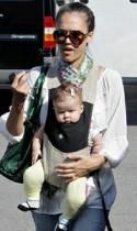 【イタすぎるセレブ達】ジェシカ・アルバ、4ヶ月になった娘を「見て見てぇー!」