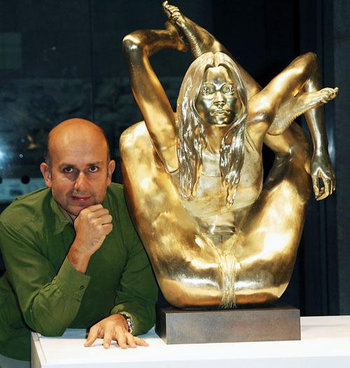 【イタすぎるセレブ達】これのどこがケイト・モス?開脚エロ黄金像は20億円也。