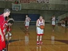 【海外仰天ニュース】米国発、カレッジ・バスケ試合に73歳選手が登場、ナイッシュー!