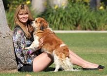 【イタすぎるセレブ達】ミーシャ・バートン愛犬と散歩写真も注目はつい脚に・・・