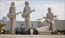 【イタすぎるセレブ達】ポール・マッカートニー不吉な予感!?テキサスの巨大ポール像が倒れる。